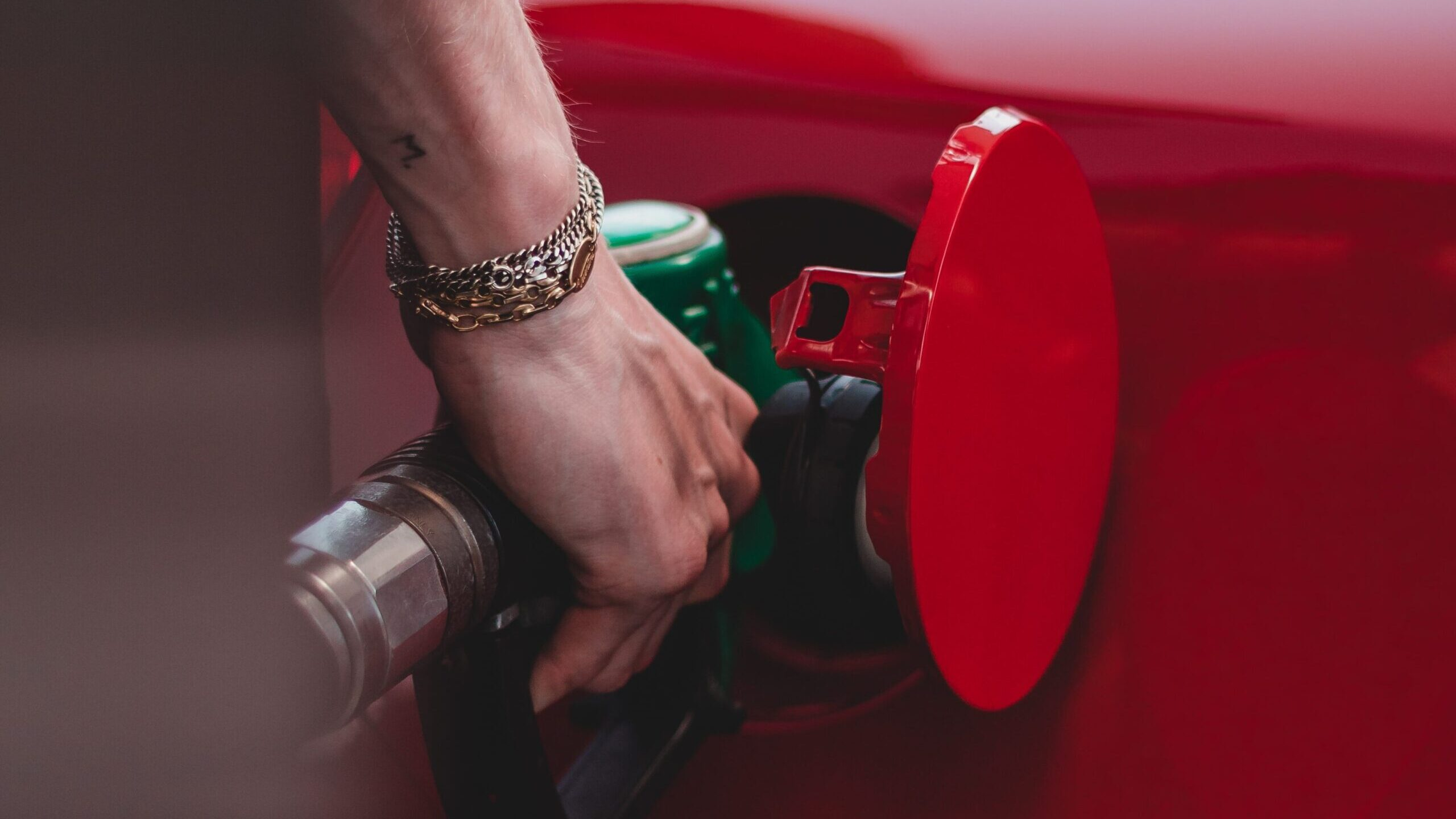 It is increasingly difficult to fill the tank with gasoline because its prices are constantly rising. (Wassim Chouak/Unsplash)