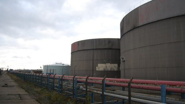 After several weeks of inventories declines, the federal government reported that crude oil storage tanks were filling up again.