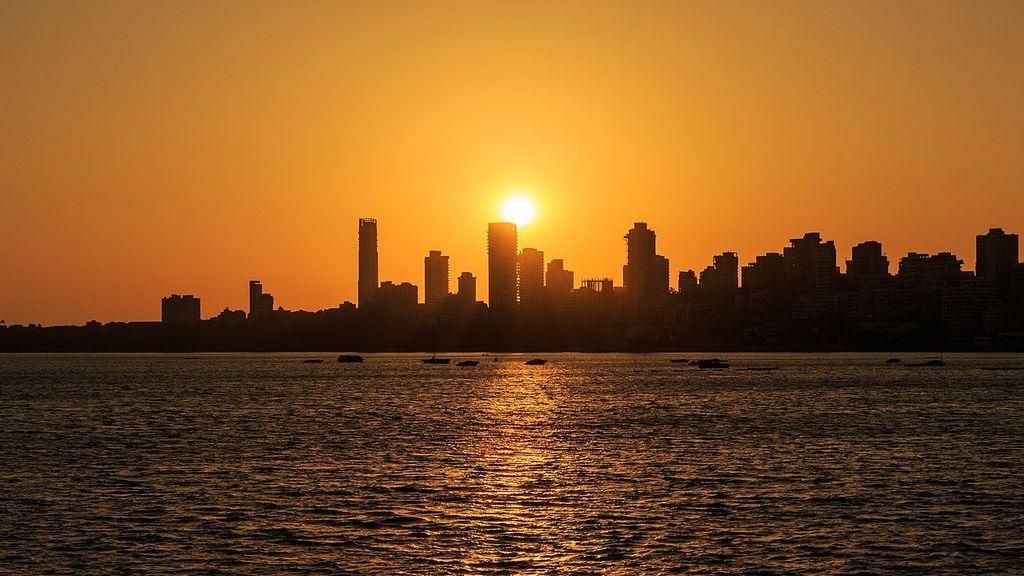 Sunset as seen from Marine Drive in Mumbai, India. (A. Savin/Creative Commons)